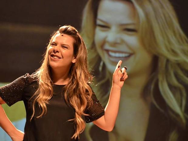 A atriz Fernanda Souza chega a Juiz de Fora neste domingo (6) com espetáculo 'Meu Passado Não Me Condena!'. (Foto: Divulgação/Facebook)