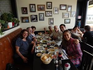 O casal com a família de Renato prova, no Egito, diversos pratos da culinária local (Foto: Renato Hazan / Arquivo pessoal)