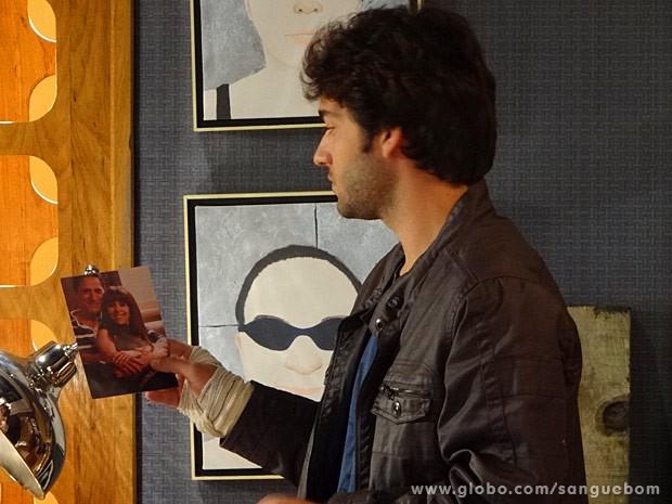 Fabinho rouba uma foto da casa do cineasta (Foto: Sangue Bom / TV Globo)