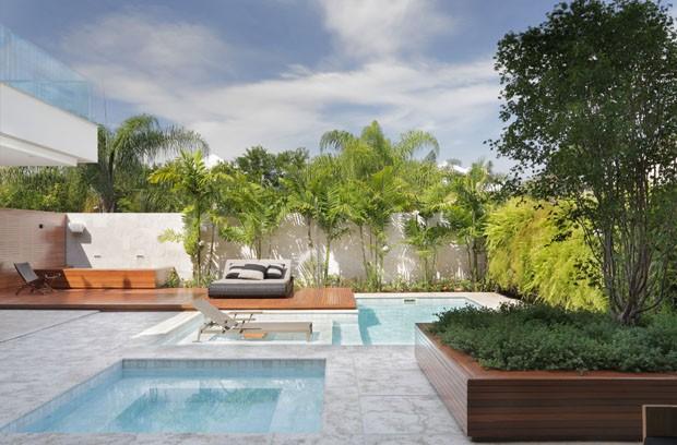 Mármore, piscina e pub transformam casa em refúgio sofisticado perto do mar (Foto: Denilson Machado/ Mca Studio)