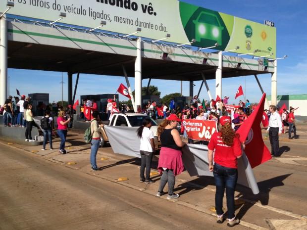 Em Cascavel, manifestantes liberaram as cancelas da praça de pedágio da BR-277 às 10h (Foto: Priscila Luparelli / RPC TV)