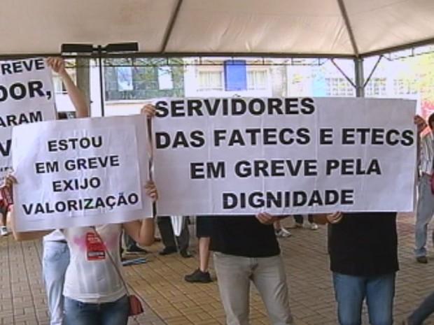 Funcionários das Fatecs e Etecs protestaram na visita do governador (Foto: reprodução/TV Tem)