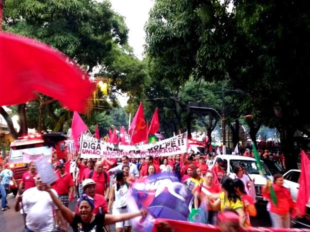 Por volta de 18h15, manifestantes iniciaram a caminhada em defesa da democracia e em apoio ao PT, em Belém (Foto: Alexandre Yuri/G1)