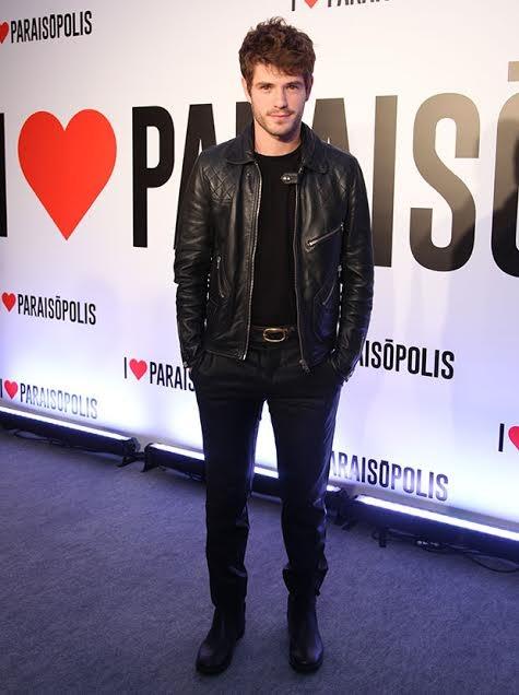 Maurício Destri apostou no preto! Com uma jaqueta de couro ela esbanja charme e beleza  (Foto: Fabiano Battaglin/ Gshow)