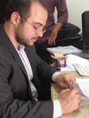 Advogado Murilo Morelli assina pedido de impeachment (Foto: Clarissa Carramilo/G1)