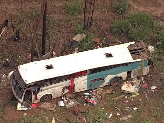 Acidente deixou mortos e feriodo na Região Central de MG. (Foto: Reprodução/TV Globo)