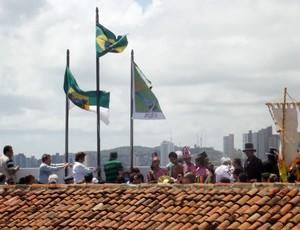 Bandeira com o pôster foi hasteada na fortaleza (Foto: Matheus Magalhães/GLOBOESPORTE.COM)
