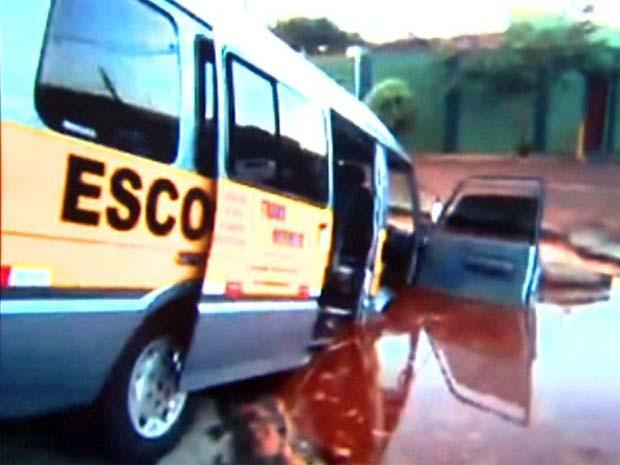 Van foi engolida por cratera ao em cratera em Sertãozinho, SP (Foto: Reprodução/ EPTV)