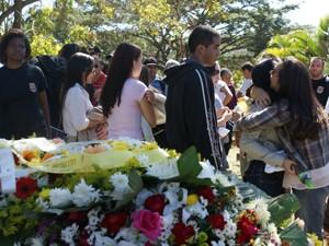 Família do agente Wilton Tapajós reunida no cemitério Campo da Esperança, em Brasília, após o enterro (Foto: Vianey Bentes/ TV Globo)