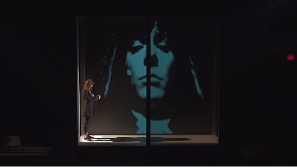 A atriz Laurence Dauphinai em uma das cenas do espetáculo que estreia nesta quinta-feira (23) no Rio (Foto: Reprodução)