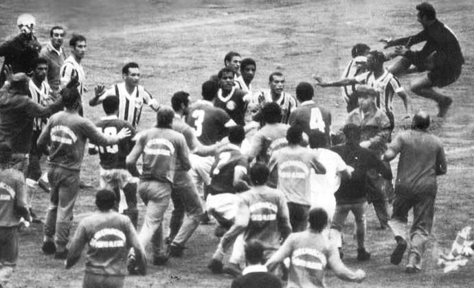 Primeiro Gre-Nal no Beira-Rio em 1969 terminou em pancadaria (Foto: Agência RBS)