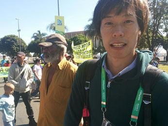 Jornalista japonês que esteve em manifestação contra a Copa das Confederações, em frente ao Estádio Nacional de Brasília (Foto: Isabella Formiga/G1)