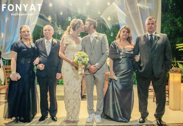 Luana Piovani e Pedro Scooby aparecem em foto de casamento ao lado de parentes (Foto: Facebook)
