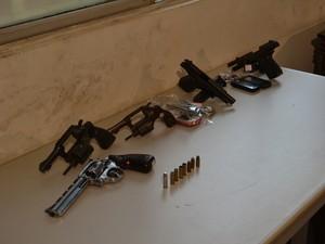 Armas apreendidas com suspeitos de ataques à PM (Foto: Manoel Costa/TV Mirante)
