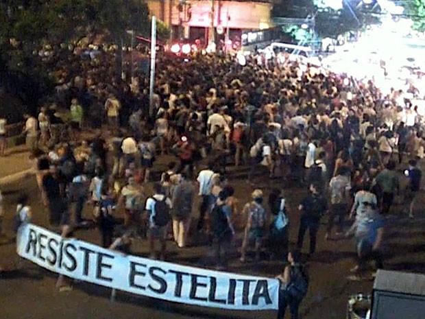 Manifestantes iniciaram caminhada pela Avenida Agamenon Magalhães (Foto: Reprodução / TV Globo)