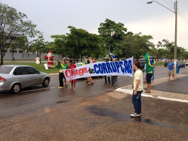 Grupo reunido durante protesto pede o fim da corrupção no país (Foto: Patrício Reis/G1)