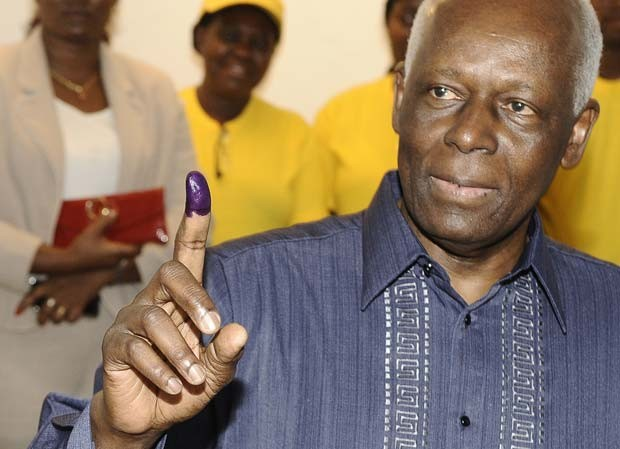 O presidente de Angola, José Eduardo dos Santos, vota nesta sexta-feira (31) em Luanda (Foto: AFP)