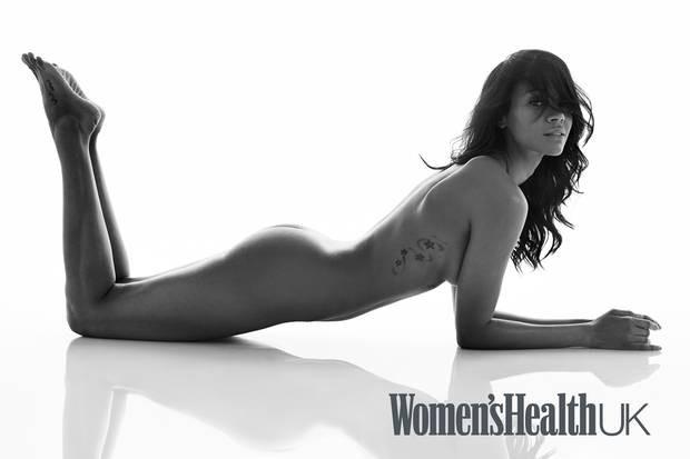 Zoe Saldaña na posa nua para revista britânica (Foto: Reprodução Women's Health)