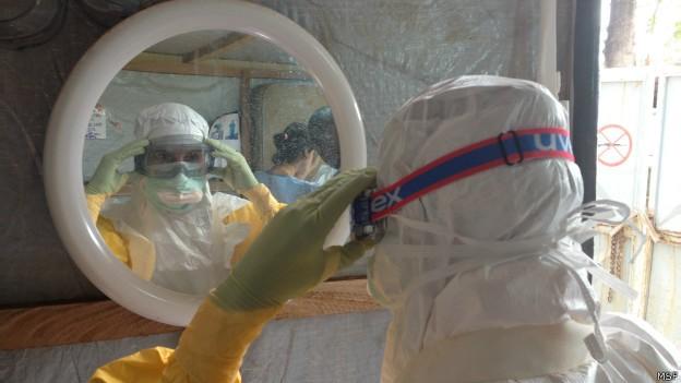 Roupa protege da contaminação por ebola (Foto: MSF/BBC)