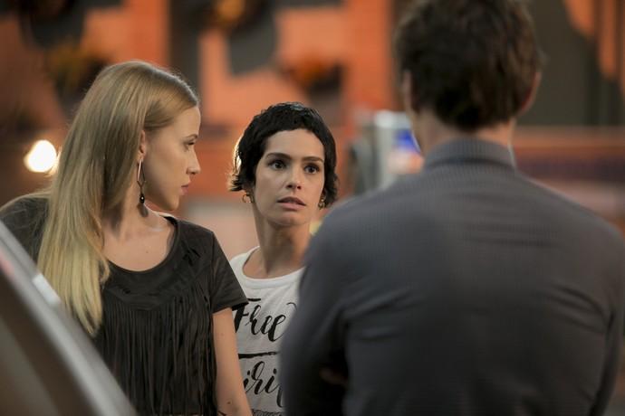 A DJ escuta a conversa de Jéssica e Antonio (Foto: Fábio Rocha/Gshow)
