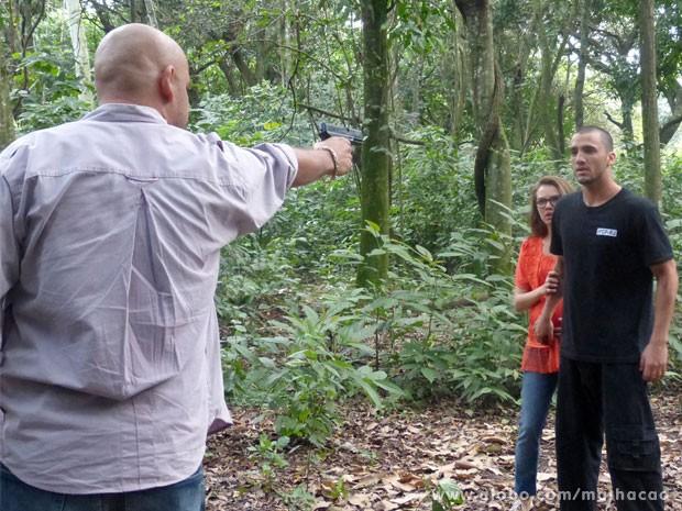 Abaixa essa arma, Alemão! E agora, glr? (Foto: Malhação/ TV Globo)