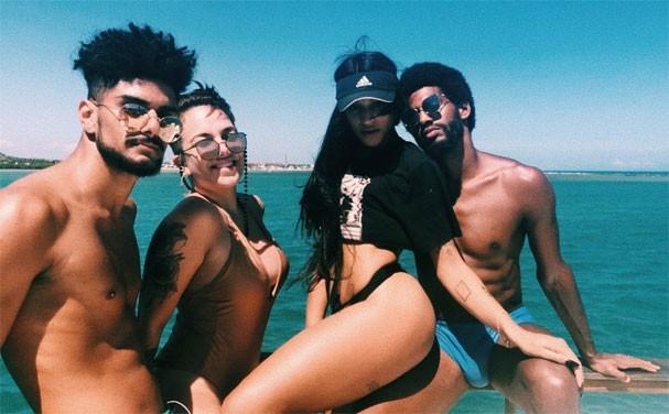 Pabllo Vittar entre amigos passeando de barco (Foto: Reprodução/Instagram)