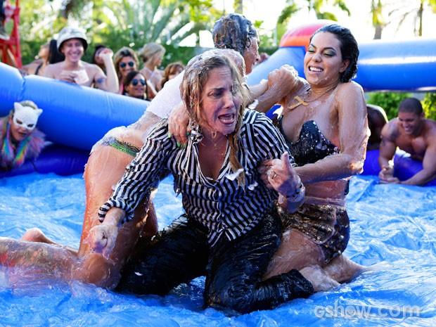 Marali se envolve em luta no gel no meio da festa de Greg (Foto: Fábio Rocha/TV Globo)