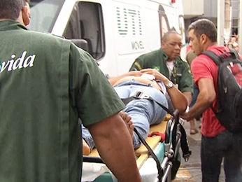 Mulher ficou ferida após ser atingida por tiro no centro de Cuiabá (Foto: Reprodução/TVCA)