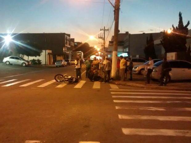 Acidente aconteceu em cruzamento do bairro Aterrado (Foto: Divulgação/Polícia Militar)