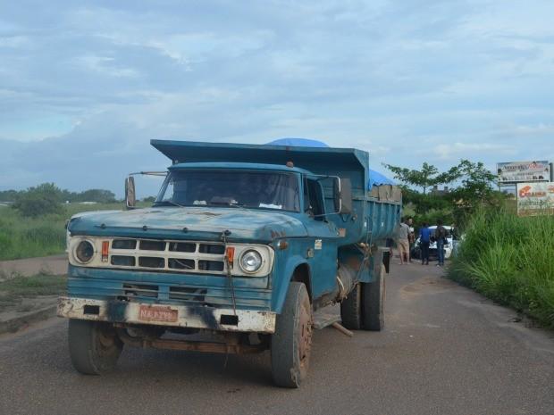 Motorista da caçamba alegou que 'depressão' no começo da via força condutores a desviarem do caminho (Foto: G1 RR)