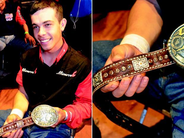 Ted Wade Flora mostra cinto com fivela de campeão do Rodeio Internacional de Barretos 2012 (Foto: João Pitombeira/G1)