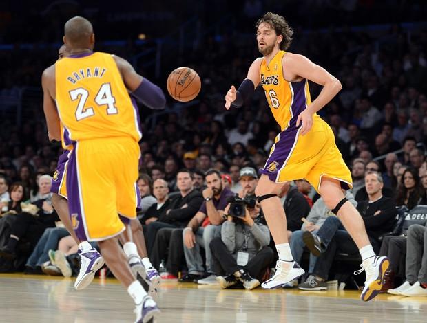 Kobe Bryant e Pau Gasol durante o confronto entre Los Angeles Lakers e Indiana Pacers (Foto: Getty Images)