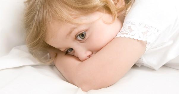 Criança na cama com medo de pesadelo (Foto: Shutterstock)