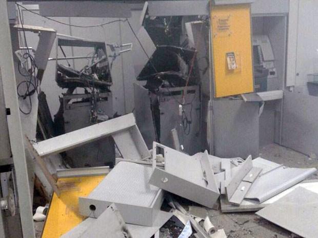 Agência bancária teve dois caixas explodidos por dinamites na madrugada desta terça (31) (Foto: Samuel Lucas Procópio/Cedida)