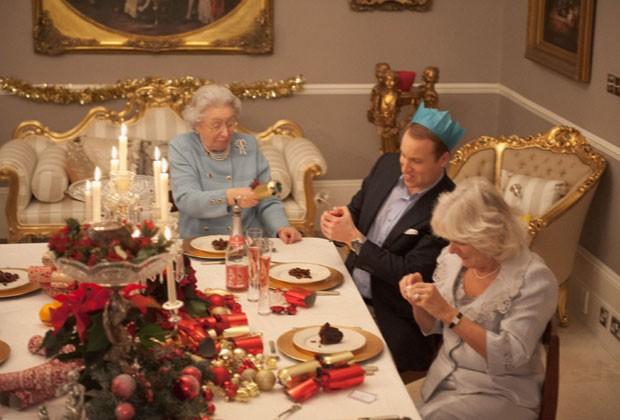 A rainha, o príncipe William e Camilla contam piadas; fotos foram feitas com sósias (Foto: Alison Jackson/Shloer/Divulgação)