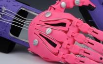 Projeto produz prótese de mão para garoto