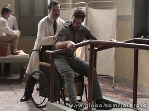 Ex-pracinha testa exercício novo com Dr. Rubens (Foto: Felipe Monteiro/TV Globo)