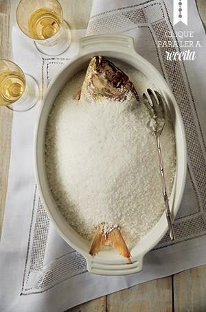 O peixe assado inteiro em crosta de sal, de Charlô Whately. Travessa Kirk's, jogo americano Tania Bulhões, talher Blue Gardenia, taças KCase (Foto: Cacá Bratke/ Editora Globo)