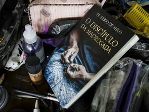 Livro de Nicole Bahls nos bastidores do Paparazzo (Foto: Fernando Lemos/Paparazzo)