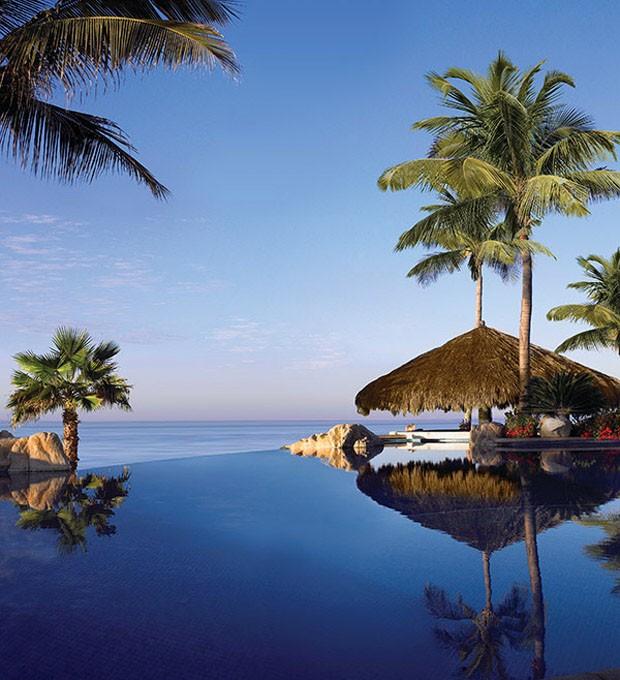 Resort entre areias brancas e mar azul