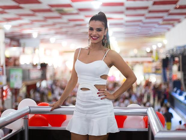 Mari Antunes na quadra do Salgueiro, na Zona Norte do Rio (Foto: Alex Nunes/ Divulgação)