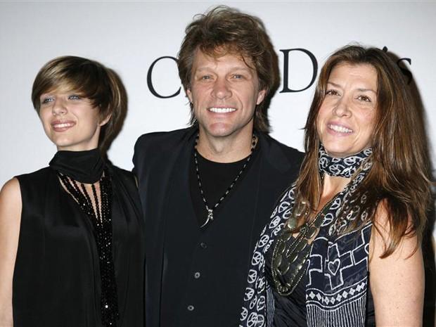 Stephanie Bongiovi (à esquerda) é vista ao lado de seus pais, o cantor Jon Bon Jovi, e Dorothea Rose Hurley em 2010 durante evento em Beverly Hills, nos EUA (Foto: Reuters/Jason Redmond)