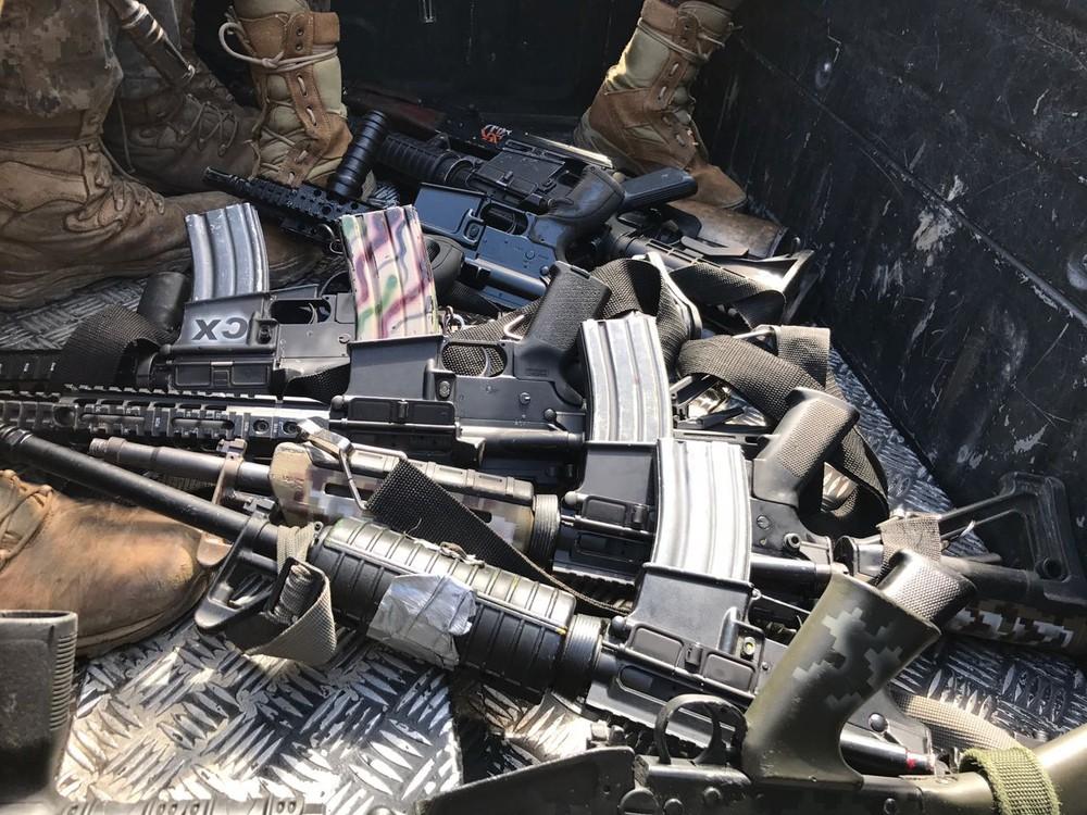 Mais de 30 fuzis foram apreendidos na Cidade Alta (Foto: Henrique Coelho/G1)