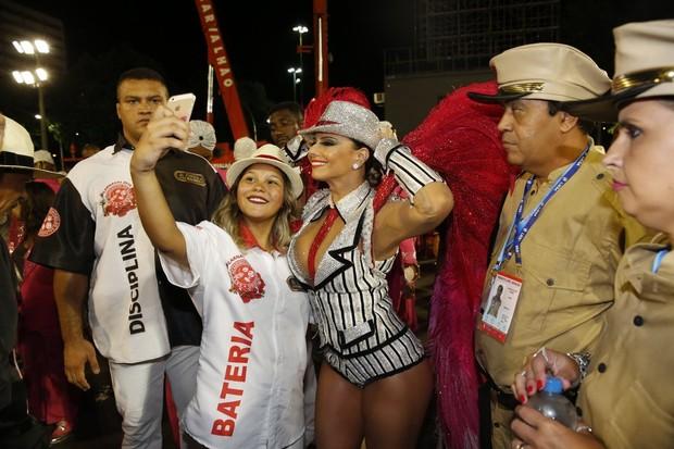 Viviane Araújo fazendo selfies (Foto: Marcos Serra Lima/ EGO)