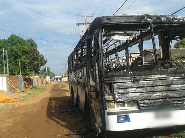 Ônibus queimado no Jardim Campo Nobre, na madrugada (Foto: Osvaldo Nóbrega/ TV Morena)