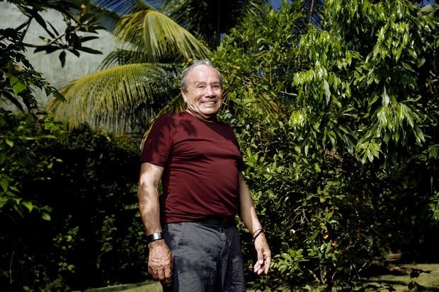 Stênio Garcia no quintal de sua casa, no Rio (Foto: Marcos Serra Lima/EGO)