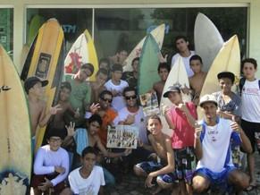 Crianças e jovens da Oficina de Surf em Maresias (Foto: Divulgação/ NESE Maresias)