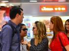 Sandy esbanja simpatia ao tirar fotos com fãs em aeroporto