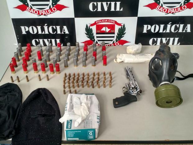 Máscara de gás e explosivos foram encontrados em casa na zona norte de Ribeirão Preto, SP (Foto: Divulgação/Polícia Civil)