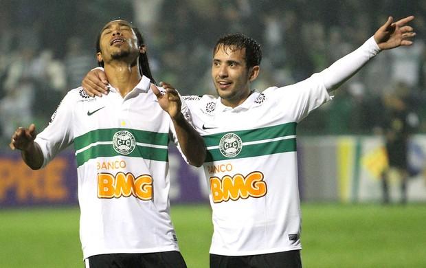 Everton Costa comemora gol do Coritiba contra a Portuguesa (Foto: Ag. Estado)